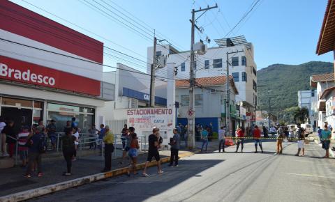 Avenida de acesso aos  Bancos é impedida para  evitar aglomeração