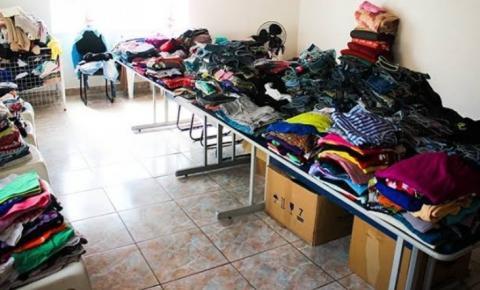 Fundos Social doa roupas para pessoas de baixa renda