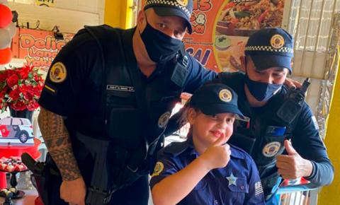 Criança de oito anos homenageia Guarda Municipal em aniversário