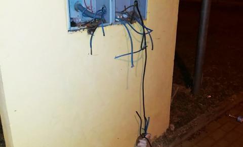 Criminosos são surpreendidos furtando fios e cabos de energia