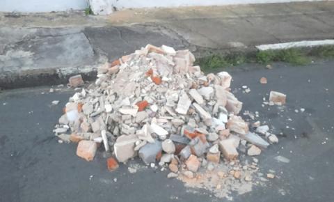 Entulho e lixo impedem passagem de pedestres em rua de Pinhalzinho