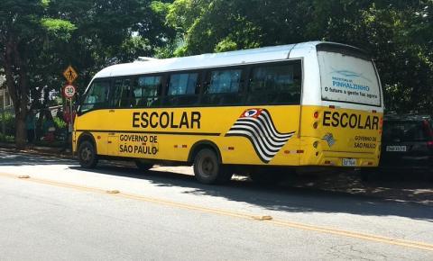 Ônibus escolar é usado para transportar pacientes