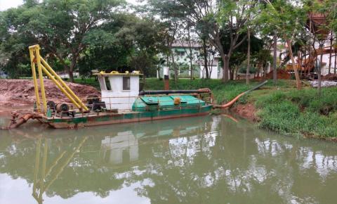 Com recursos próprios, município dá  início as obras de limpeza de lagos
