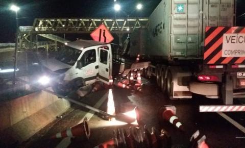 Carreta atropela 4 pessoas em obra na Fernão Dias. Um rapaz de 24 anos morreu no local